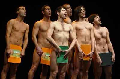Siete hombres cantan, bailan y se desnudan en el musical 'Cantando desnudos!'