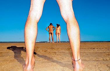 Los curiosos rompen los códigos en la playa nudista